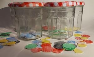 Frascos rellenos de círculos de colores que representan las emociones