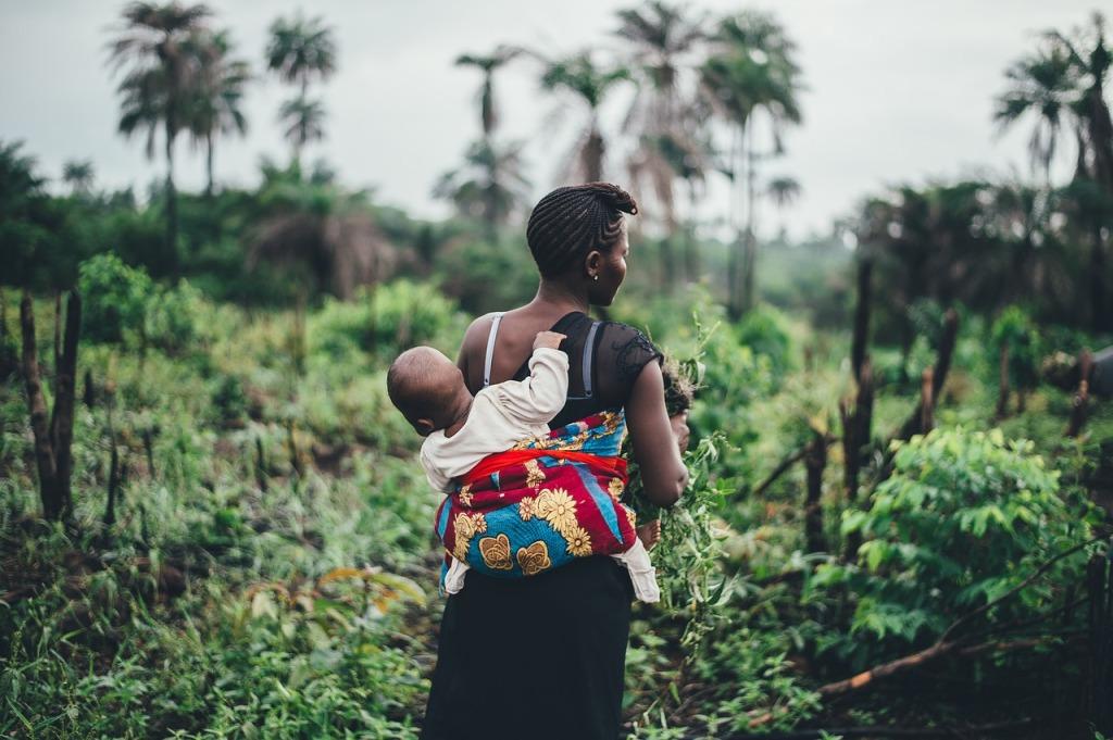 Madre africana porteando a su hijo