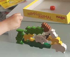 Principito jugando a Animal sobre animal