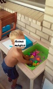 Principito jugando con arena mágica