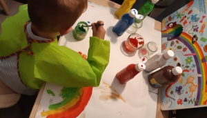 Pintando un arcoiris con pincel.