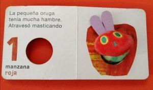 Títere de dedo La pequeña Oruga Glotona de Eric Carle. Editorial Kokino
