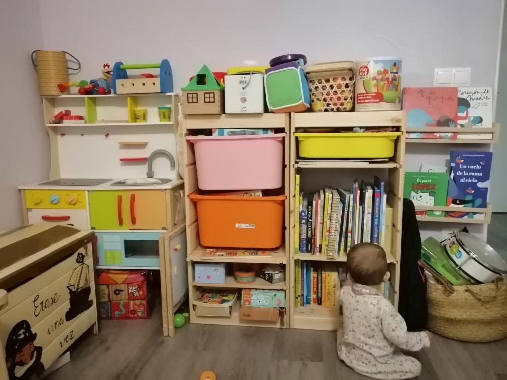 Zona de cocinita, juegos de mesa, puzles, cuentos e instrumentos de la zona infantil