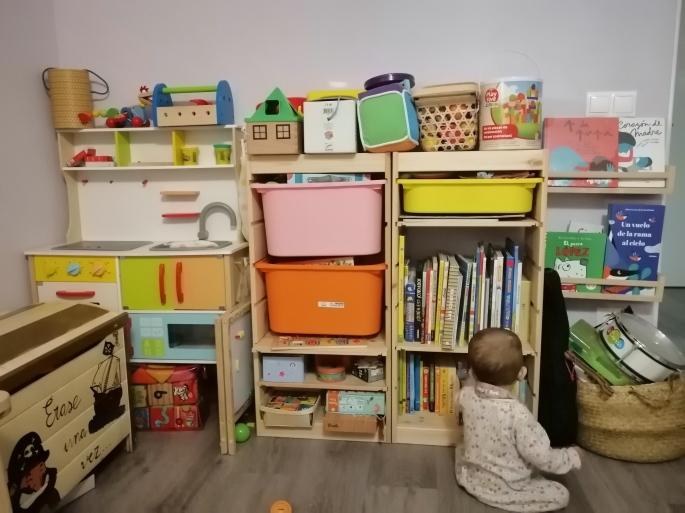 Lateral de nuestra zona infantil con cocinita, juegos de mesa, puzles, cuentos e instrumentos